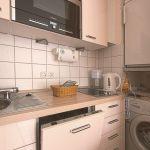 Den Abwasch erledigt die Spülmaschine. Vorräte sind im Kühlschrank mit Gefrierfach gut untergebracht. Im Bedarfsfalle steht die Waschmaschine bereit.
