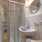 Das Duschbad verfügt über einen zusätzlichen Heizstrahler und bietet so zu jeder Jahreszeit eine wohlige Wärme.
